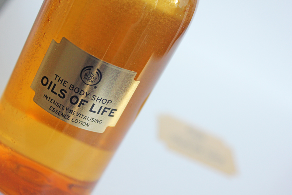 The Body Shop Oils of Life Intensely Revitalising Essence Lotion 1